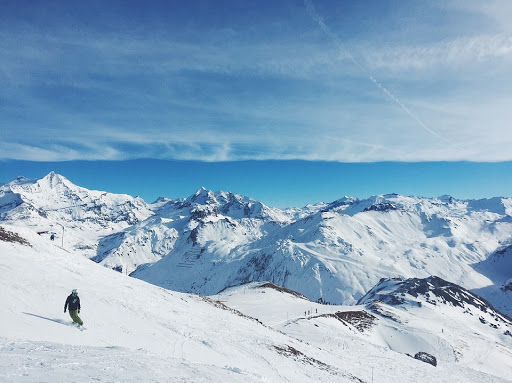 THE THRILL OF MOUNTAIN SNOWBOARDING